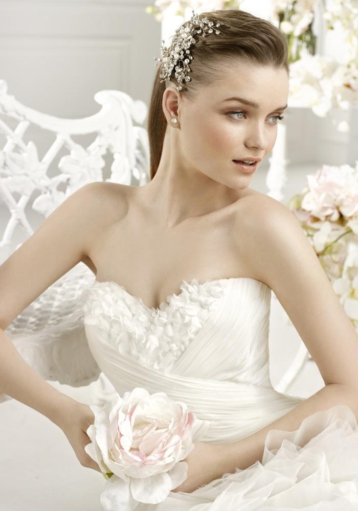 Avenue diagonal beautiful lace wedding dress with eye for Av diagonal 434